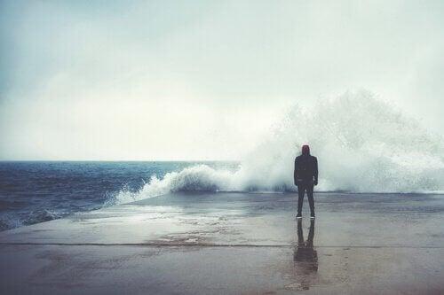 Person står foran kæmpe bølge på havn