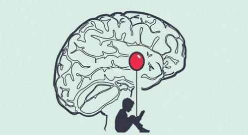 Dreng med rød ballon i hjerne