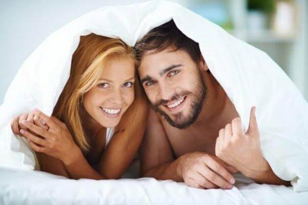 Smilende par under syne nyder god seksuel kommunikation