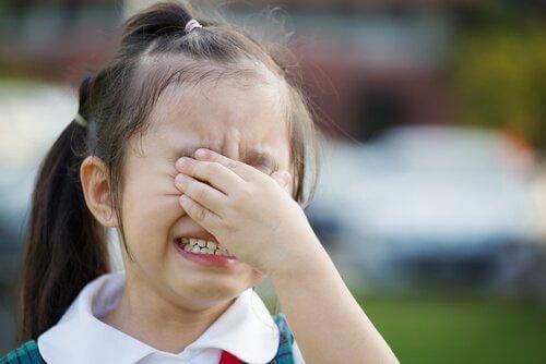 Pige græder på grund af skoleangst