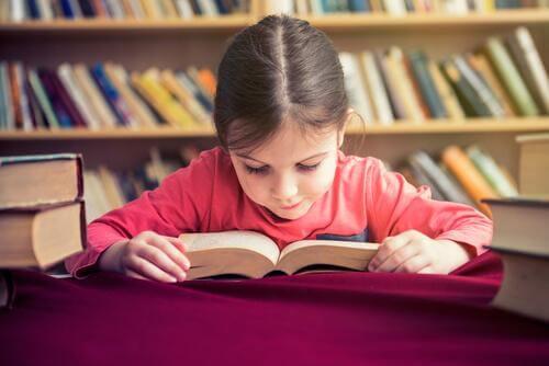 Pige læser i bog