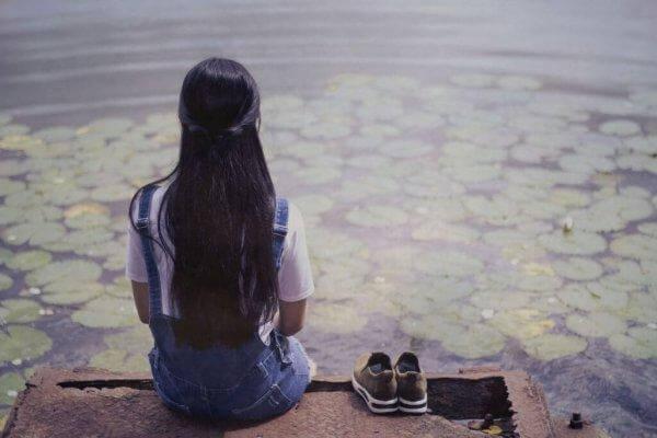Pige kigger på sø