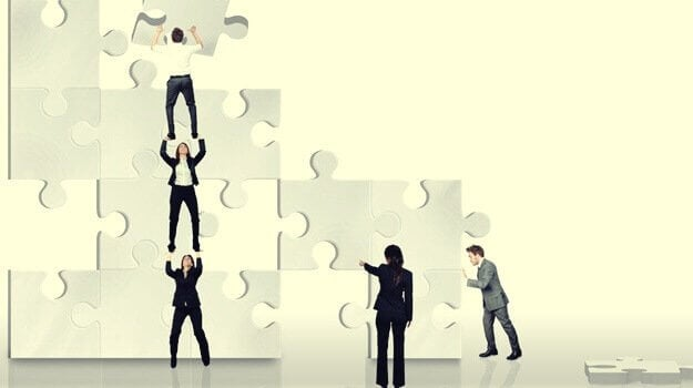 Personer samarbejder om kæmpe puslespil