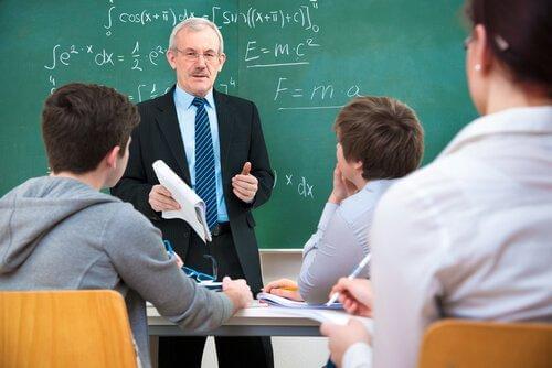 Underviser foran elever