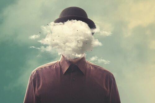 Mand med hoved gemt i sky