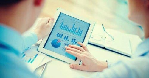 Personer anvender diagrammer på tablet for at undgå planlægningsfejl