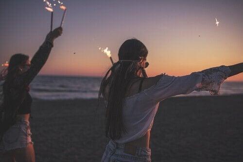 Kvinder på strand med stjernekastere