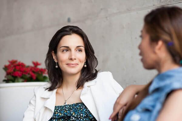 to kvinder i gang med at føre en samtale