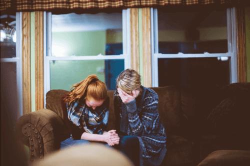 Forældre græder over indlagte børn