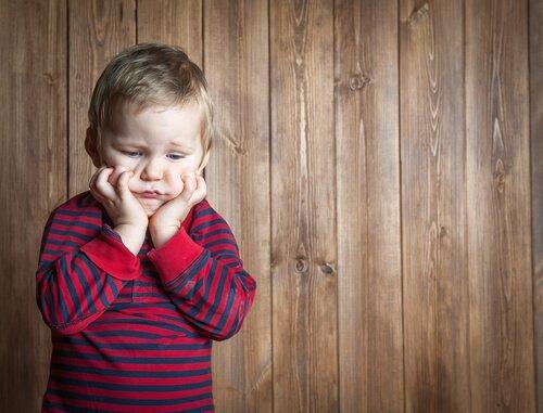 Lille dreng, niver sig i kinder, i forsøg på håndtering af frustration