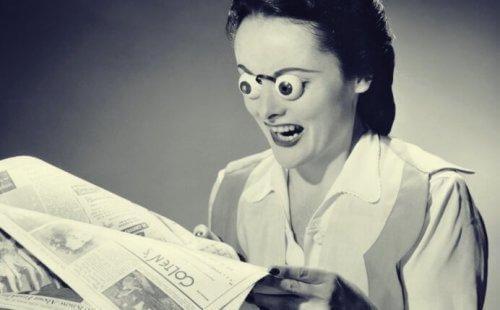 Kvinde med mærkelige briller læser avis