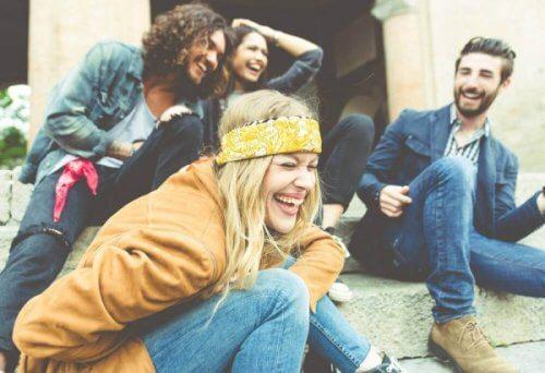 En grupper af venner griner