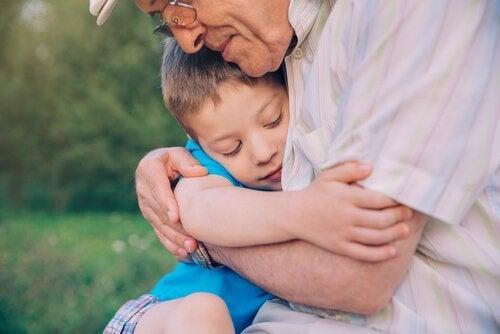 En bedstefar krammer sit barnebarn