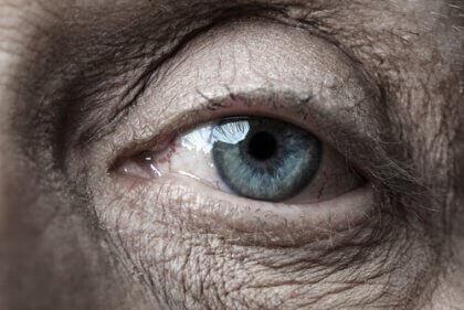 En ældre kvindes øje symboliserer de ældre menneskers visdom