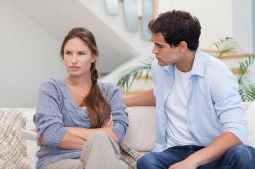 Et par, der repræsenterer begrebet at lytte uden empati