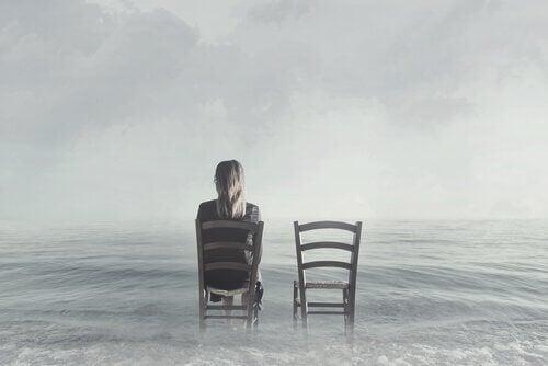 kvinde med to stole ved havet