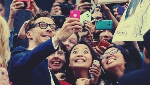 Benedict Cumberbatch tager et billede med nogle fans