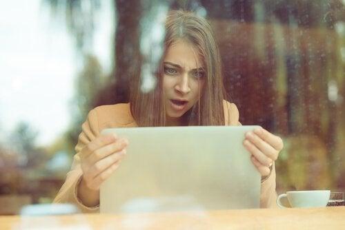 Psykologien bag trolls på sociale medier