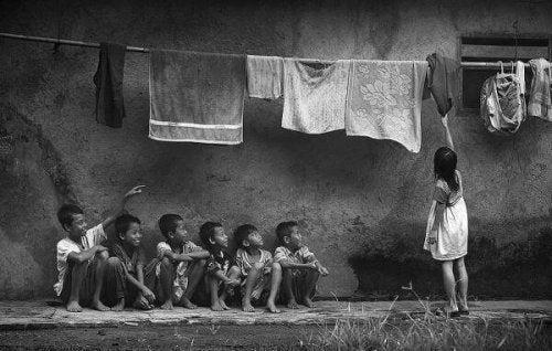 Fattige mannesker bliver ofte dyreliggjort som eksempel på sammenhæng mellem social klasse og umenneskeliggørelse