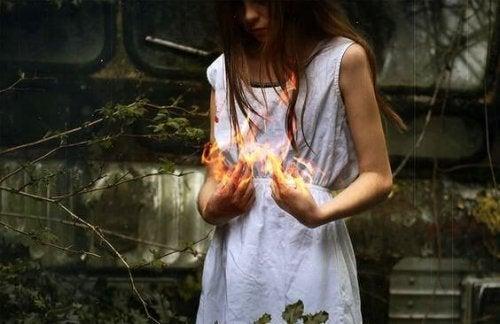 kvinde med ild i hænderne