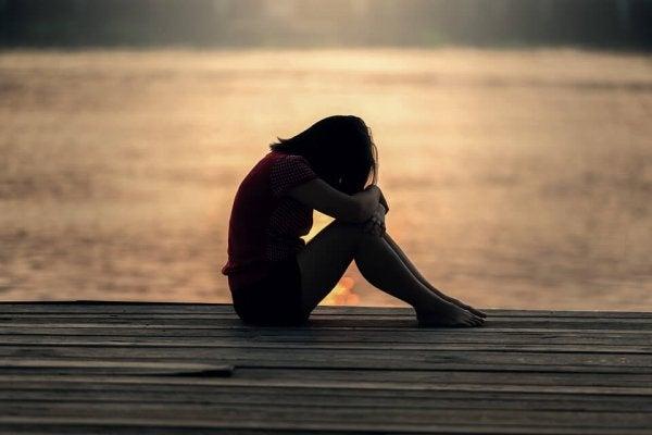 pige alene på en bro kan ikke holde ensomheden ud