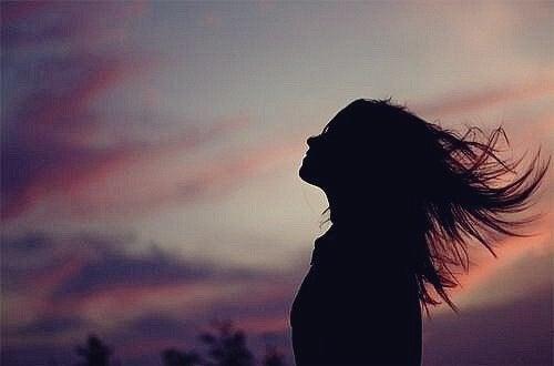 kvinde med aftenhimmel i baggrunden