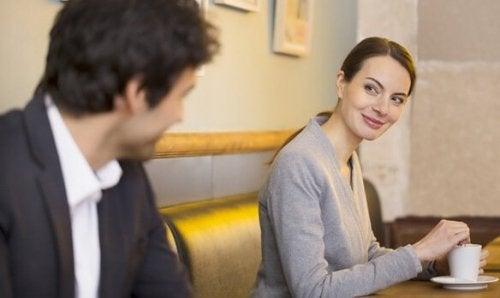 Kropssproget hos en forelsket mand betyder blandt andet, at han imiterer kvindes ansigtsudtryk