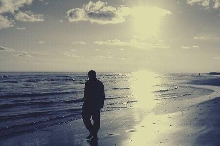 Mand går alene på strand