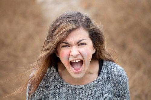 Kvinde råber, da ondskab er en af de forskellige sider af narcissisme