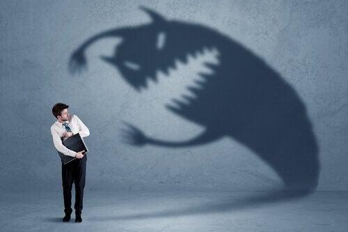 mand blive bange for skygge, der symboliserer forskellige slags frygt