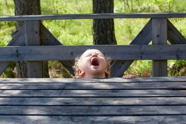 Barn under træbro åbner munden vidt