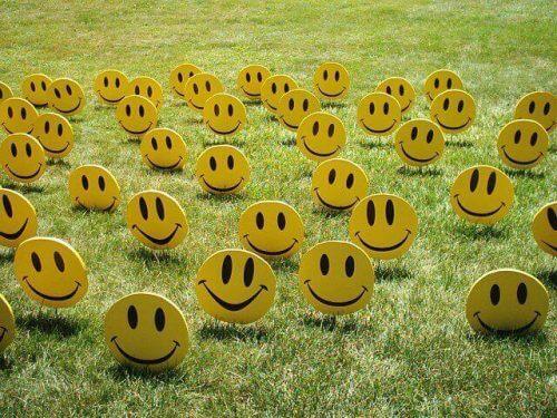 glade smileyer på græs