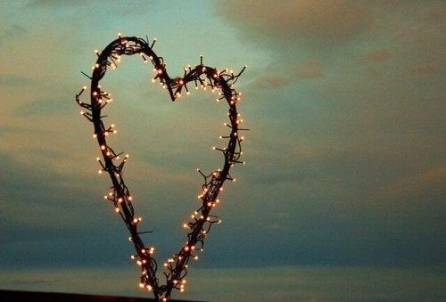 Hjerte af lyskæder foran nattehimmel