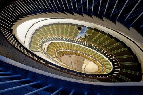 figur der går ned ad trappe