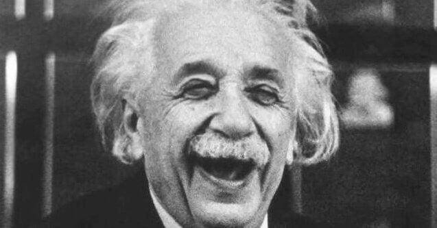 Albert Einstein i et stort grin illustrerer sammenhængen mellem humoristisk sans og intelligens