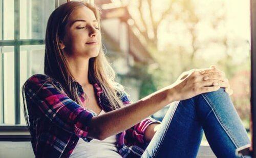 kvinde i dybe tanker arbejder på at styre kaos