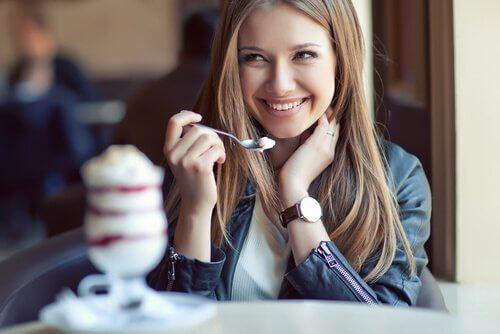 Smilende kvinde spiser