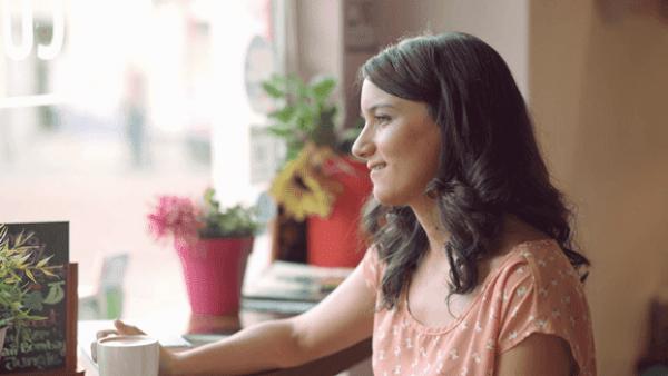 Kvinde alene på cafe nyder en af de sunde vaner for fuldtidsmødre