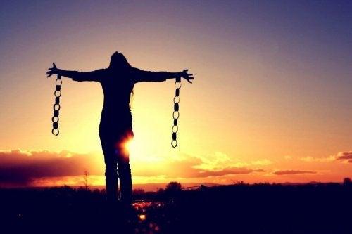 En kvinde frigør sig fra sine lænker som symbol for de ting, vi ikke navngiver