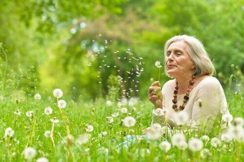 ældre kvinde på eng er et symbol på ældre menneskers visdom