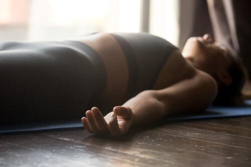 En kvinde, der mediterer, da mindfulness kan lindre smerter