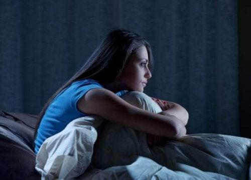 Kvinde ønsker at overvinde søvnløshed med kognitiv adfærdsterapi
