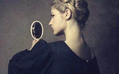 En narcissistisk kvinde kigger på sig selv i et spejl