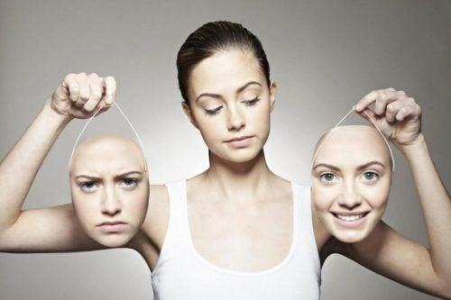 Kvinde med to ansigter i hænderne illustrerer Eysencks personlighedsteori
