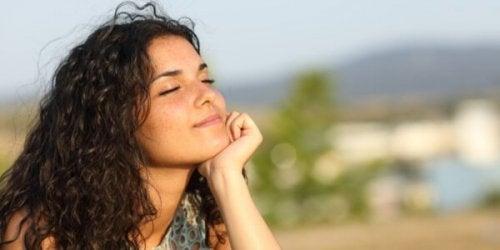 Kvinde nyder sol i ansigt