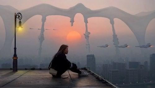 Kvinde på tag ser ud over by og funderer over fremtiden