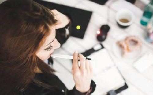 Kvinde tænker på arbejde