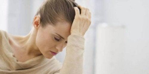 Træt kvinde er påvirket af en tidsændring