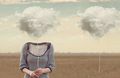 Kvinde med hoved erstattet af en sky