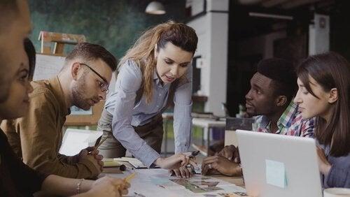 Kvinde med ansatte anvender følelsesmæssig ledelse